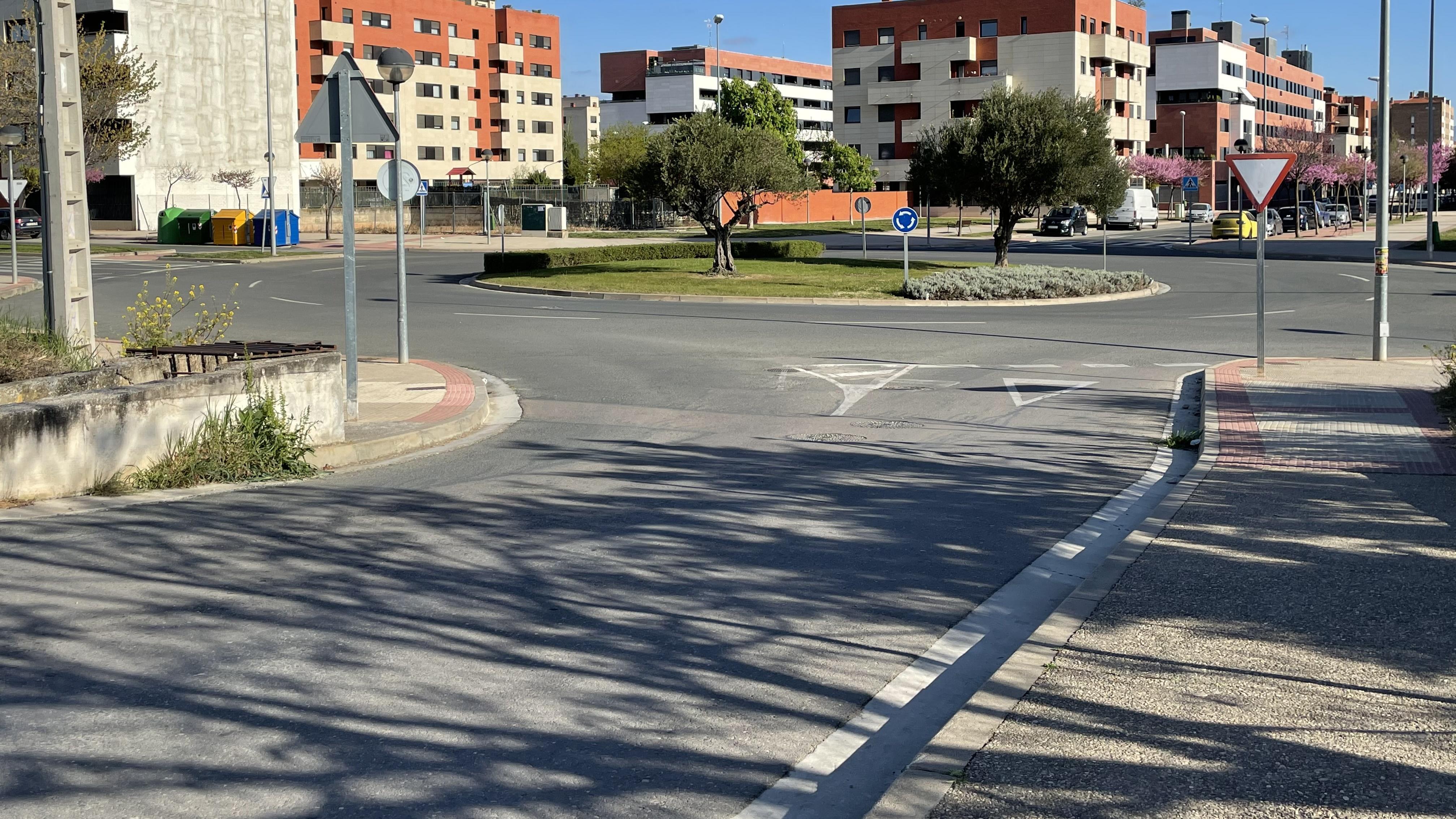 Paso de cebra en la rotonda camino de San Adrián