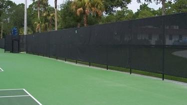 Instalación de malla de protección solar en pistas semicubiertas de tenis