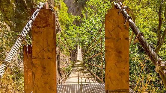 Puente público sobre el río Manzanares para disfrutar de las rutas de los cortados